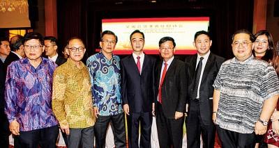 本报管理层,包括董事骆南辉(左3)、总经理准拿督李兴前(左2)、署理总经理林星发(右)、副总经理准拿督梁宗宝(左)等也参与其盛。