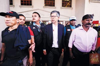 蔡添强挑战选委会不果,在众人陪同下步出法庭。