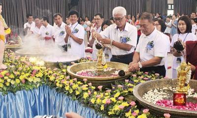众人在会上进行浴佛仪式,前排右起林峰成、彭文宝、彭文宗及孙意志。