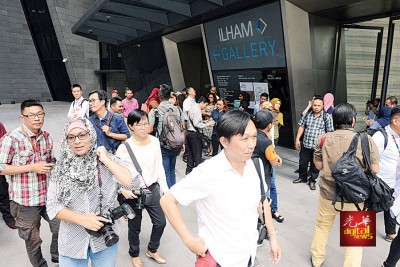 大批媒体都在Ilham大厦等候。