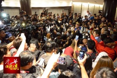 马哈迪率领希联领袖召开记者会,现场围满国内外媒体。