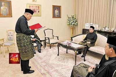 阿末耶谷(左)在丹州摄政王东姑莫哈末法依兹的见证下,宣誓就任丹州大臣。
