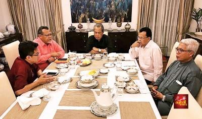 刘镇东(左起)、拍米诺胡达、慕尤丁、奥斯曼同哈山卡林讨论柔州行政议员名单。