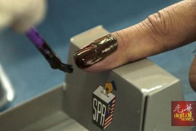 不褪色墨汁是从左手食指第一个关节线开始涂抹至手指尖,就算指甲沾不上墨汁,手指皮肤也会沾到。