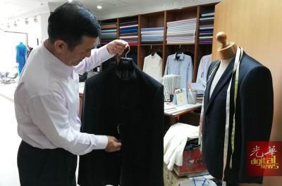 吴津葆:尼赫鲁大衣与一般西式大衣不同之处在于衣领。