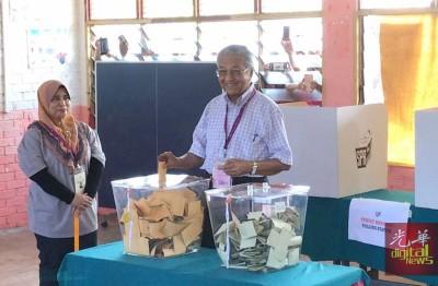 敦马哈迪投下手中的一票。