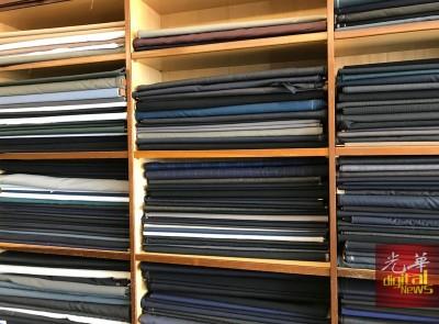 彭英贤出示有关西装大衣裁缝书籍,解释赫鲁大衣的剪裁。