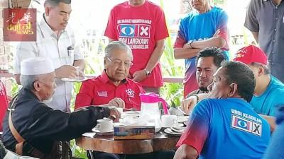 希联浮罗交怡国席候选人敦马今早在浮罗交怡甘光若查邦水牛公园与妇女及长辈共进早餐。