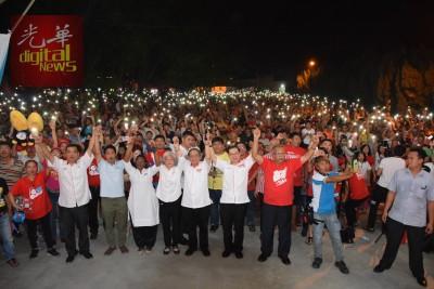希联在柔府村的超级讲座人潮爆棚,前左起是行动党全国副组织秘书伍薪荣、魏晓隆、卡斯杜丽、章瑛、林吉祥、林冠英、拉玛沙米。