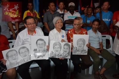 一名支持者(左3)给林冠英和章瑛,递上两人、林吉祥及卡斯杜丽的人像素描。