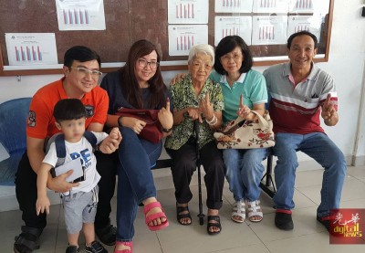 丁勤有(中)全家出动履行公民责任,左起孙子刘家文、孙女刘嘉琳、女儿李碧钰、女婿刘永麟。