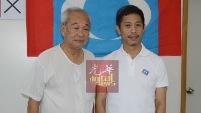 魏晓隆(右)此次参选获父亲魏福星助阵。