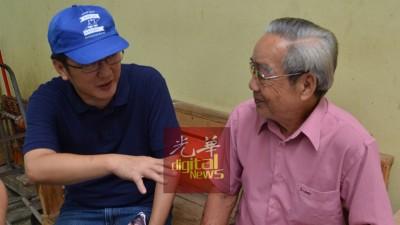 涂仲仪(左)在柔府巴刹拜票期间,与一名老党员聊天。
