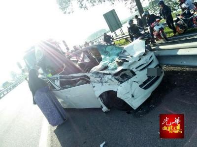 白viva轿车遭反车道车辆飞撞压顶,车内女护士当场毙命。