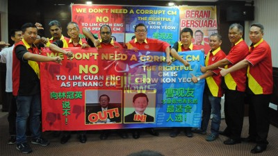 范清渊(右五)率领爱国党党要指林冠英出任2届首长只顾政治,曹观友才是槟州首长最合适人选。