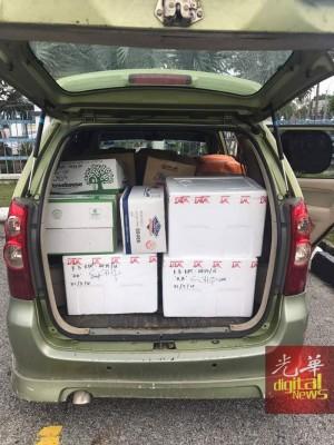 赃物塞满整个车厢。