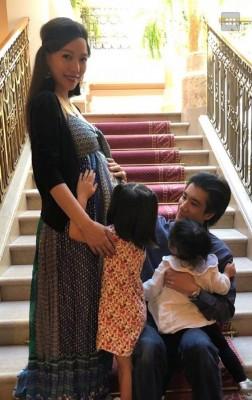 王力宏秀出老婆李靓蕾、2个女儿照片祝福天下母亲。
