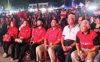 右起沙力奥玛、彭文宝、玛祖基及慕克里提前现身会场,与民众等待讲座开始。