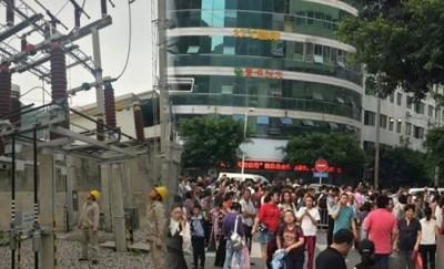 (左)电力员工在变电站检查设备。(右)当地民众在地震发生时,纷纷跑出房屋,躲到大街上。