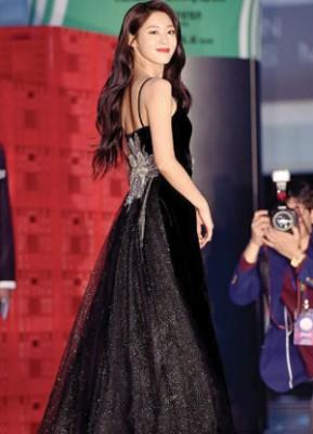 雪炫魅惑红唇搭配黑礼服美炸。