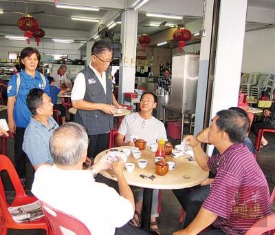 许汉宏(左3)在助选团的陪同下,与选民近身交流。