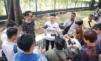 卢界燊在新关仔角召开记者会。