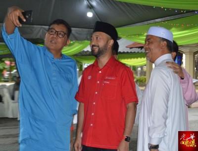 慕克里(右2)及阿米鲁丁(右)在开斋宴会上与希联支持者自拍合影。