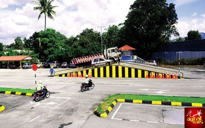 交通部公开征求民众意见,以决定是否需把考取摩托车及汽车驾驶执照的年龄提高至18岁。