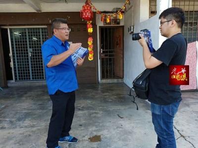 多维编辑杜晋轩(右)采访黄金城。