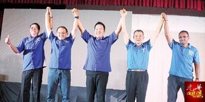 陈德钦活动后与国阵候选人会上手牵手大合照,左起林海顺、洪祖锖、李明胜、陈德钦及迪纳卡兰。
