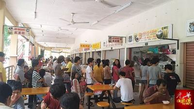 食客们排队等着分享免费红豆霜的喜悦。