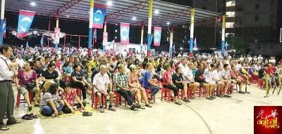 出席民众人数众多,聚精会神地聆听台上演讲者的演说。