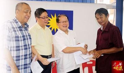 魏木荣(左3)2014年受委槟州公共投诉服务局主任,4年多处理了过5000宗求助。