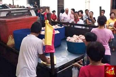 斯里德里玛小贩免费赠送生鸡,鸡贩在后巷的罗里上300只生鸡,每人只限拿半只鸡,逾1个 小时即送完。