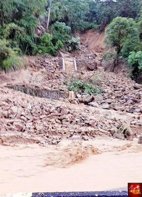 山坡出现轻微土崩,大片山泥倾泻而下。