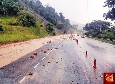 山坡发生土崩,大量沙石坠滚至道路。