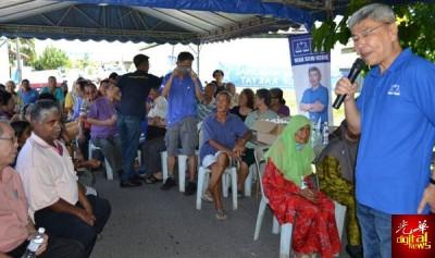 马袖强前往安顺新街场投票中心竞选机制与新街场选民见面后向记者承认本身落后2500票。