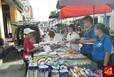 吴秀丽早上与陈宣锝一起走访新街一带。