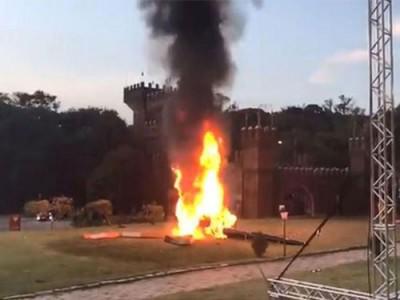 直升机坠地后当场起火。
