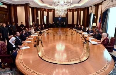 敦马拜相后首次主持内阁会议的历史性画面。