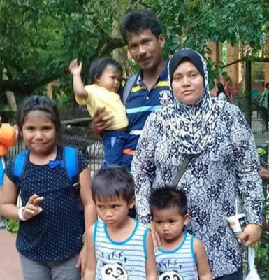 3名小死者与双亲及姐姐(左)出外游玩的合照。