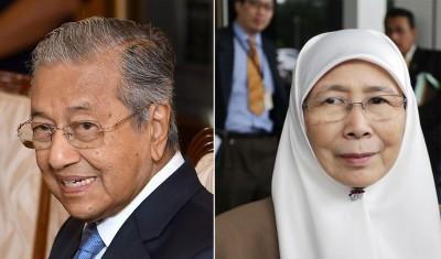 (左)首相马哈迪(右)副首相兼妇女及家庭发展部长旺阿兹莎
