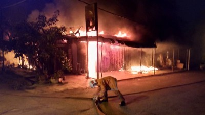 熊熊大火烧毁店屋。