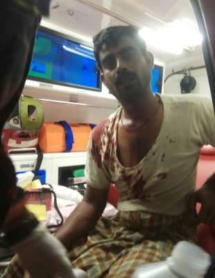 伤者被救出灾场后,在救护车接受初步治疗。