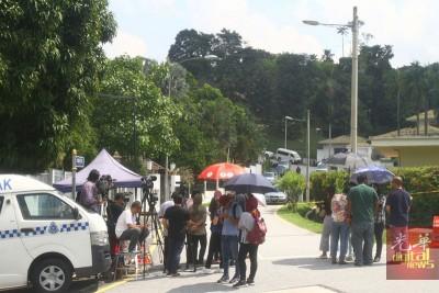 警方搜查了约40小时,媒体在封锁线外驻守,以采访第一手消息。