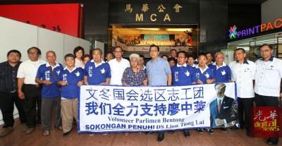 廖中莱(左8)接见志工团成员,感谢支持。左6是何启文,右1起是马汉顺及陈德钦。