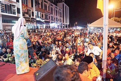 """希望联盟在淡马鲁举办大选造势讲座,吸引逾万民众出席,就连希联领袖也大感震惊,直指彭亨州""""马来海啸""""已成形。"""