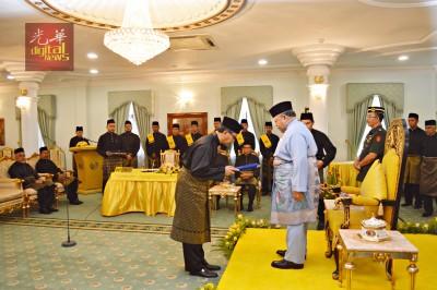阿兹兰从玻璃市拉惹手中接过州务大臣的委任状。