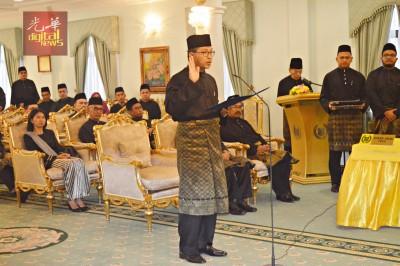 阿兹兰宣誓就职为玻璃市第8任州务大臣;9名国阵议员缺席仪式。