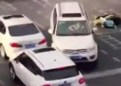 白色越野车逆向撞向车群。